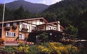 乳白色の天然温泉 貸切露天風呂の洋風湯宿 カントリーハウス渓山荘施設全景