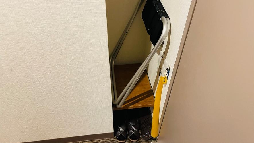 クローゼット下段(荷物台・靴ベラ・シューズクリーナー)