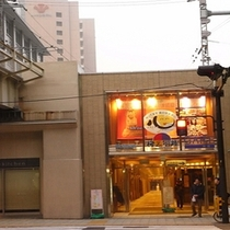 JR大阪駅 桜橋口改札より② 横断歩道渡って梅三小路内へ