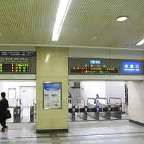 JR大阪駅 桜橋口改札より① 改札出て右手方向真っ直ぐ進みます。