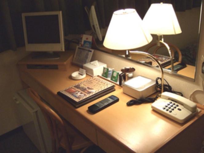 陽の当らないデラックスシングル兼セミダブルは、机が広めデス。
