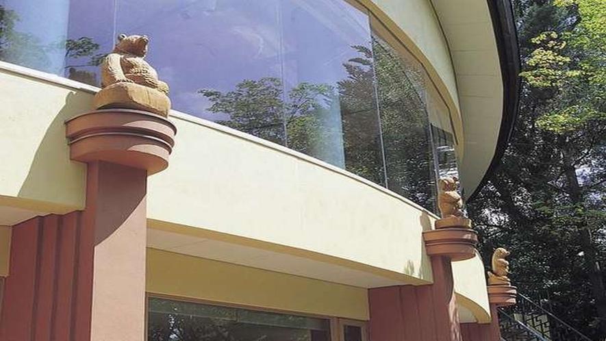 ■レストランの外壁にある木彫りの熊