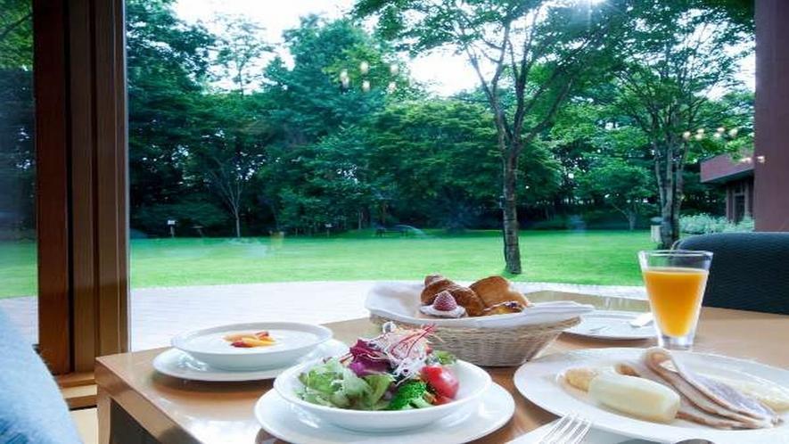 ■朝食/中庭を望むレストランでゆっくりとお食事をお楽しみ下さい。