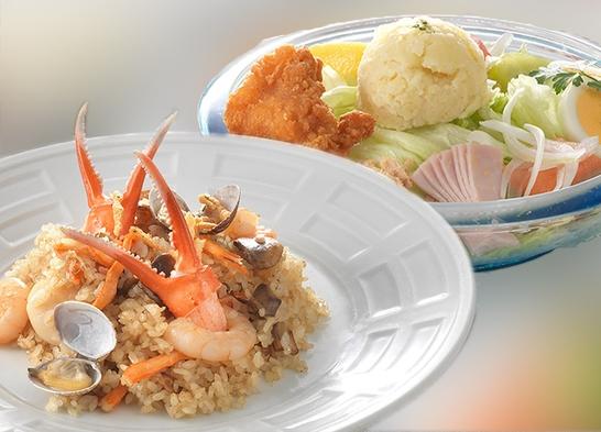 【プライベートレストラン2021】人気の「海の幸のピラフ」と「マーケットサラダ」をお部屋で