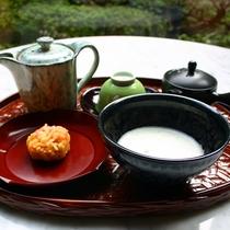 白いお煎茶和菓子添え