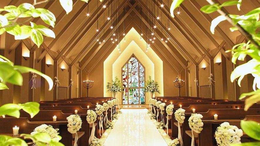 教会 天使をモチーフとしたステンドグラスから差し込む光の中、神聖なウエディングが叶います