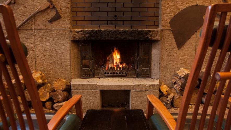 1階ラウンジ「であい処」冬は暖炉の火でほっこりと