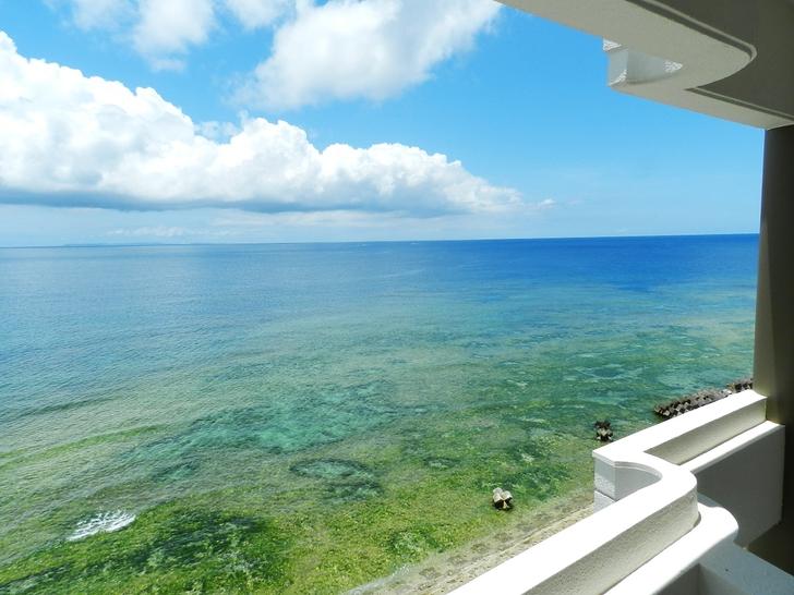 ルーム 上層階客室ベランダから望む海