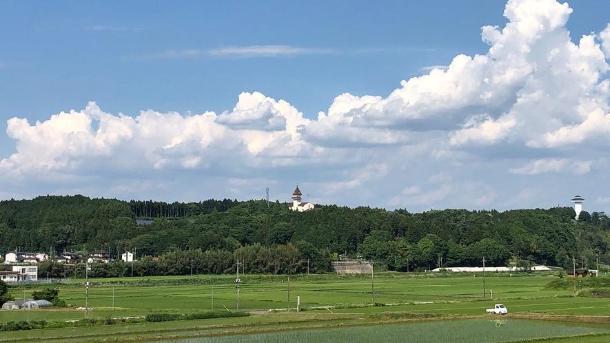 【当宿の景観】初夏の田園風景(当宿は中央の三角屋根)