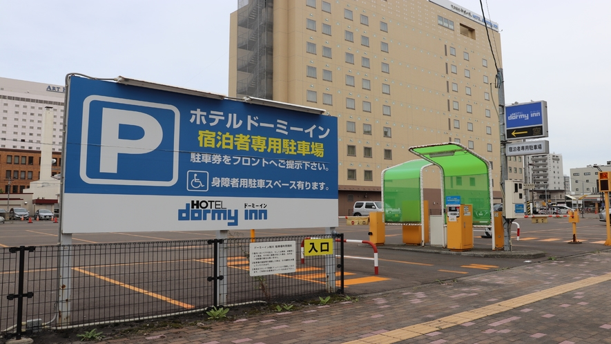 ◆駐車場入り口(先着順でのご案内です。青空駐車場114台/1泊800円)