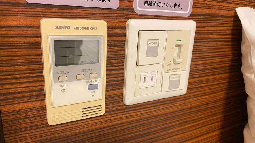 ◆客室ベッド横にエアコンスイッチ・コンセント・照明スイッチが配置されております。