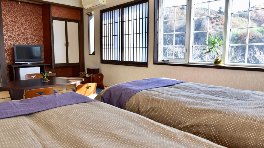 開放的な空間の中に和室8畳とローベッドタイプの和洋室