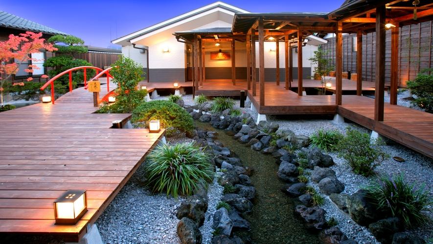 併設の日帰り温泉「星音の湯」中庭もライトアップされ、昼間とはがらっと雰囲気が変わります♪