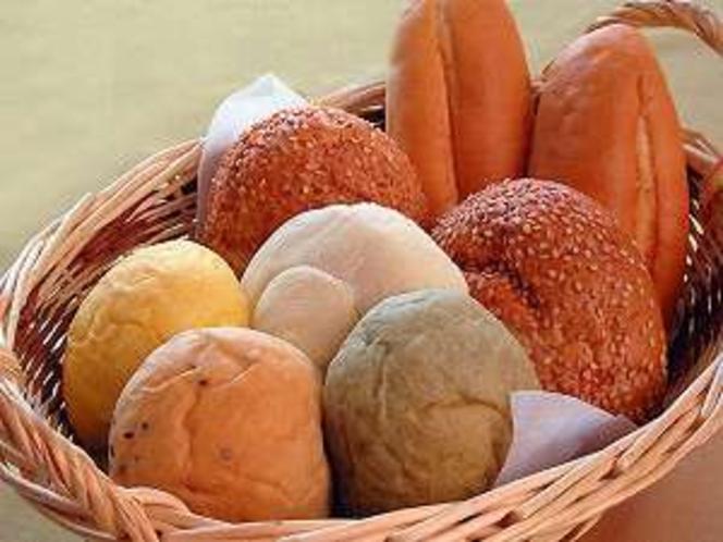 皆様に好評の国産小麦粉使用の朝の手作りパンは、今はチーズ、マヨネーズ、ミルク、バターロールと4種類。