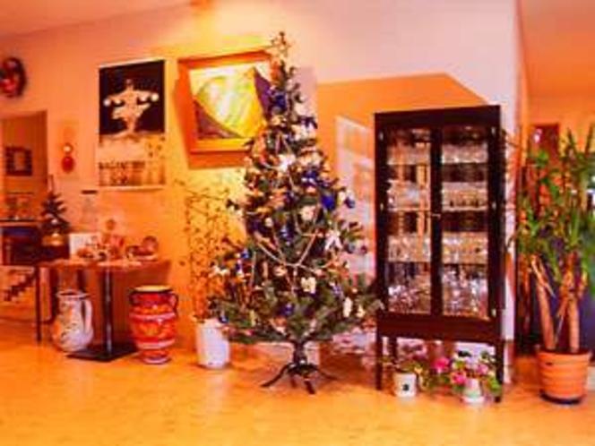 クリスマスツリーも色々の12月のロビー今年は少し小さめお外はホワイトクリスマス