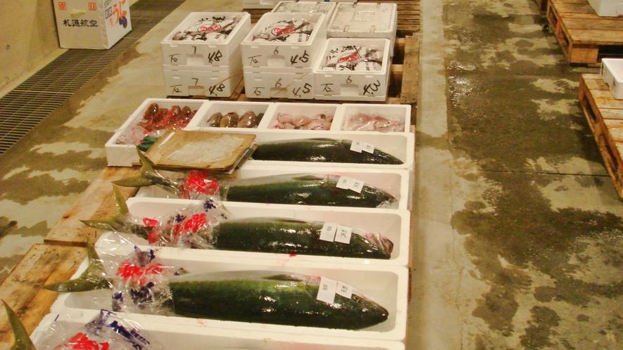 *【施設周辺】市場で仕入れた新鮮な海の幸が自慢です。