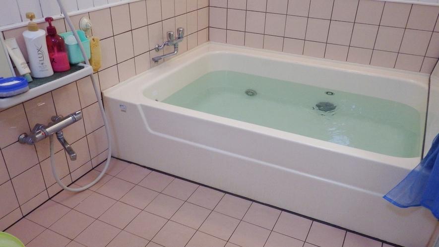 *【風呂】家族風呂が1ヶ所ございます。空いてる時に順番に貸切でご入浴下さい。