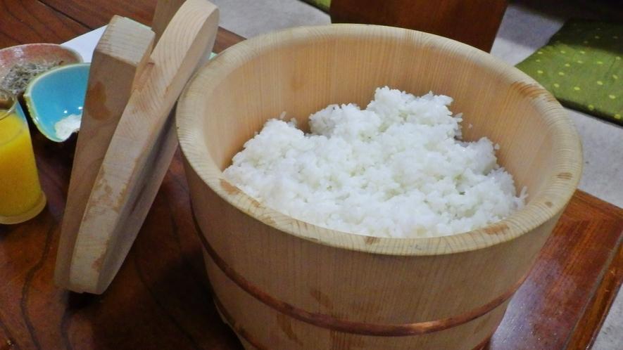 *【料理】炊き立ての白米をお召し上がりください。