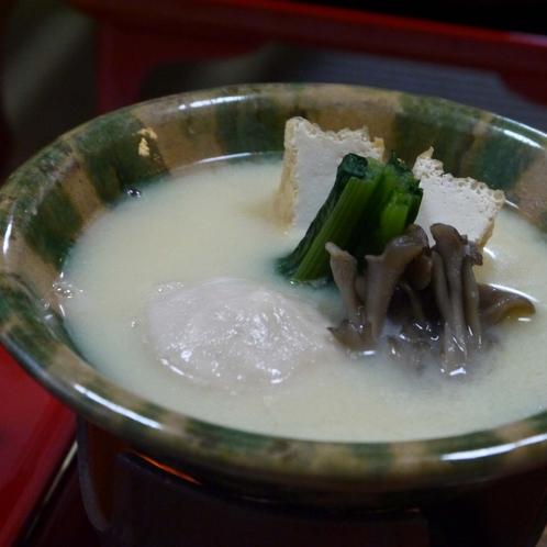 【夕食(一例)】白味噌を使用したごま鍋でございます。