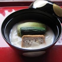 【平椀(一例)】豆乳に葛を溶いて固めた餡物