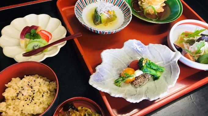 お食事から女子力UP♪マクロビオティック会席でごゆるりと。和個室でお食事。