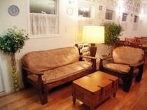 ラウンジ内のソファーコーナー