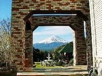 アーチから望む富士山