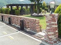 レンガで作った門柱と塀