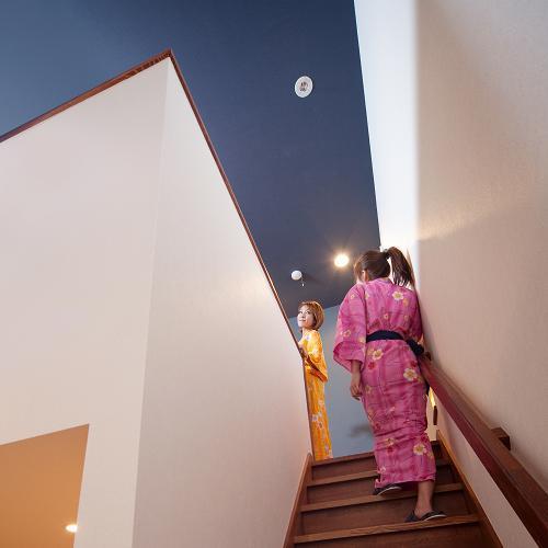 2階へ向かうメゾネット部屋の階段
