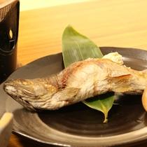 *【夕食一例】地元産の旬の食材を使った和食膳です。