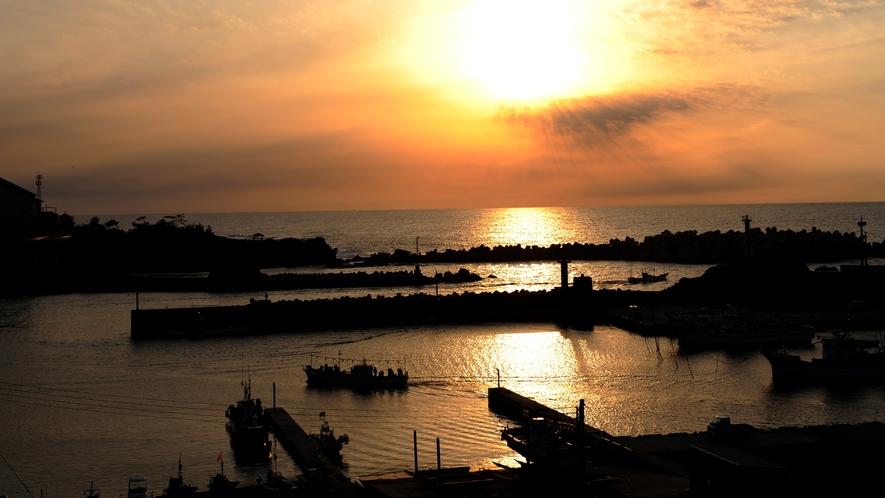 【ロビー】ロビーのベランダからは間人港に沈む夕日を一望できます。
