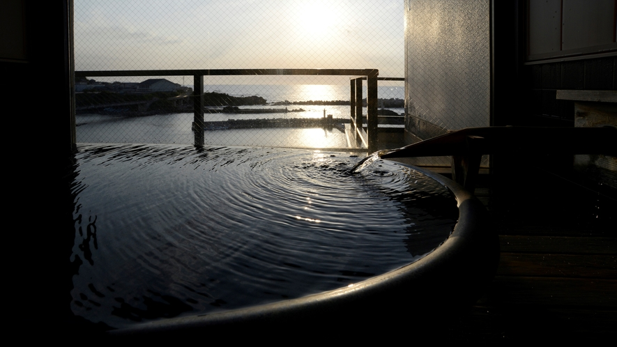 【客室展望風呂】客室の展望風呂からも美しい日本海に沈む夕景を眺めて…