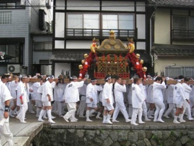 白川庵の前を行く神輿