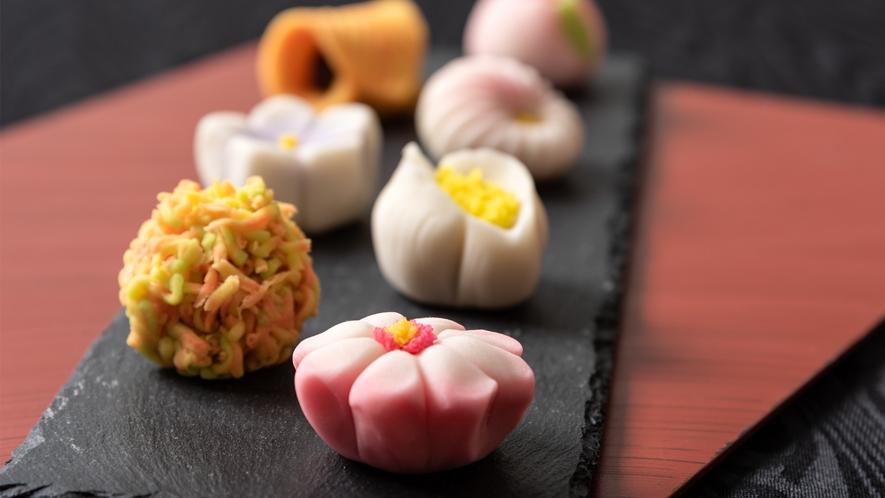 色鮮やかでなめらかな口溶けの上生菓子