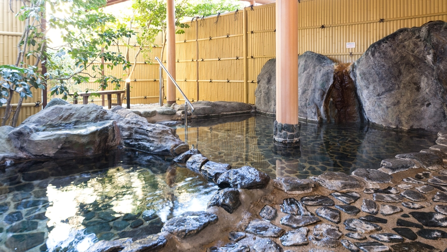 開放感抜群の露天風呂で贅沢湯浴み