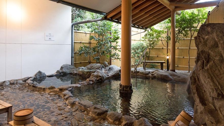 アルカリ性の単純温泉で、肌触りが良く透明かつトロトロとした感触