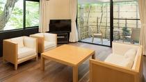 【絹-KINU-】リビングとテラスをリニューアル。床暖完備でモダンな木の温もりが素足で感じられます。