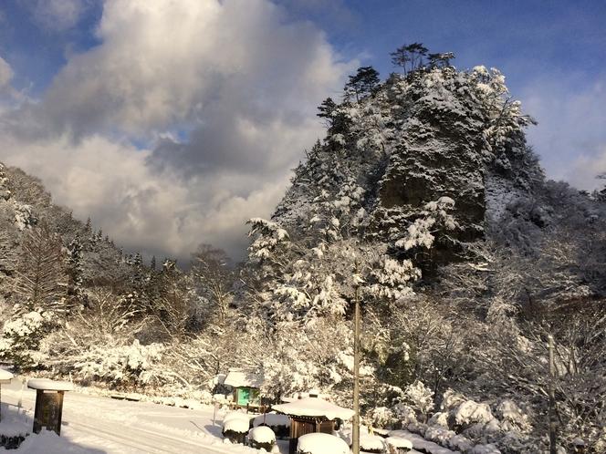 雪の日の古岩屋