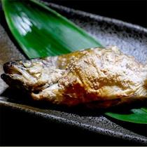 新鮮な川魚をこんがり焼いて