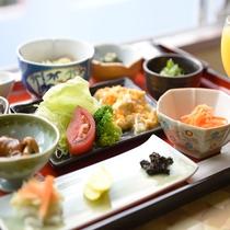 *ご朝食一例/地の山菜や野菜を使ったカラダに優しい和朝食