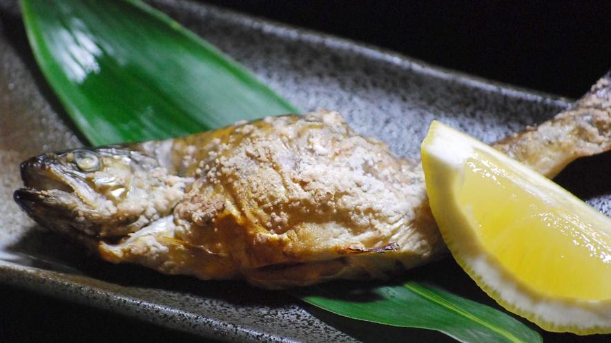 *【ご夕食一例】新鮮な川魚をこんがり焼いて。豊富な湧水で育まれた旬の川魚も召し上がれ♪