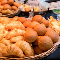 【焼きたてパン】日替わりで酒類が変わります。