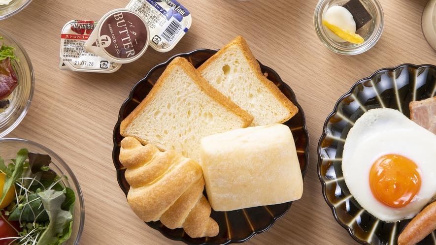 ◆ご朝食 クロワッサン・ミルクパン・デニッシュ・ジャム・バター・目玉焼き・ソーセージ◆