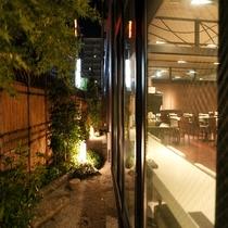 窓からレストラン会場を覗く