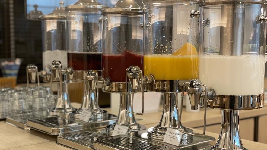 ◆ドリンクコーナー【オレンジ、野菜、牛乳、ウーロン茶、冷水】