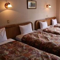 【4人部屋】シングルベッドが4つ備えてあります。グループやご家族でのご利用に最適です。