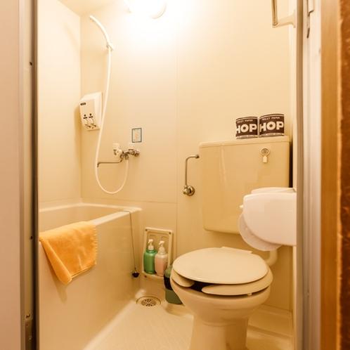 【4人部屋】ユニットバスは各部屋同タイプです。お風呂は大浴場もご利用頂けます。