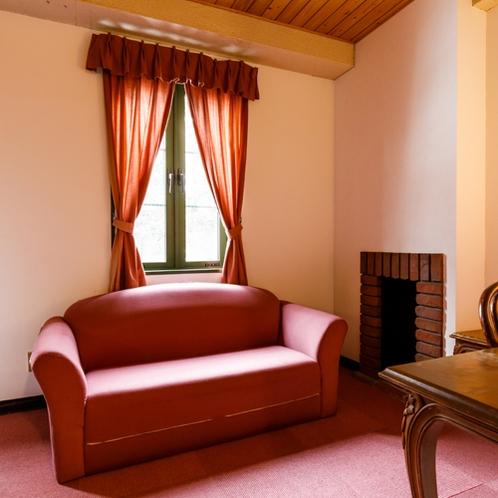 【4人部屋】スキーや散策、トレッキングでお疲れの体をゆっくりとソファで休めてください。