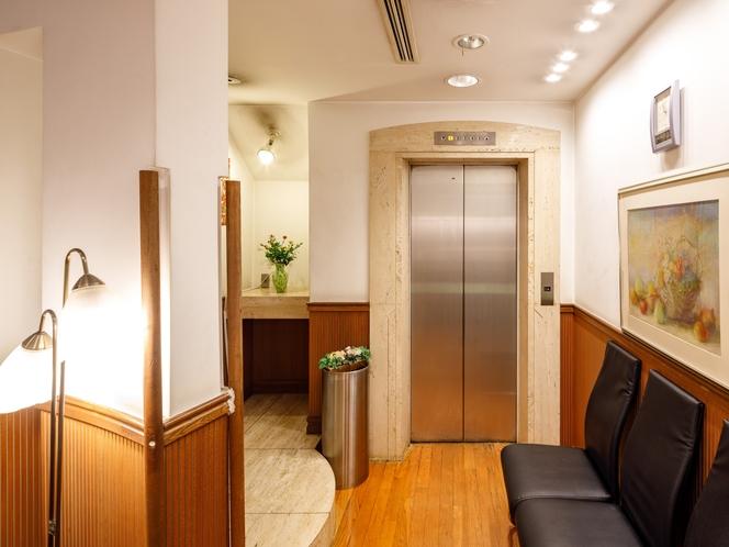 館内 エレベーター前