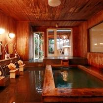 【大浴場】大人の雰囲気漂う隠れみの湯は、木のぬくもりに囲まれた空間